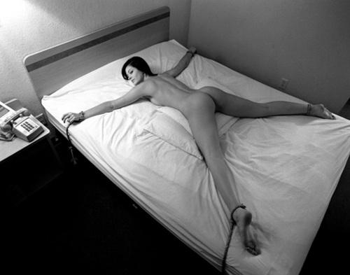 привязаны к кровати фото